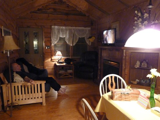 Cavender Creek Cabins Resort: The livingroom and dining area