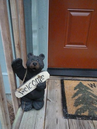 Cavender Creek Cabins Resort: The Welcome Bear