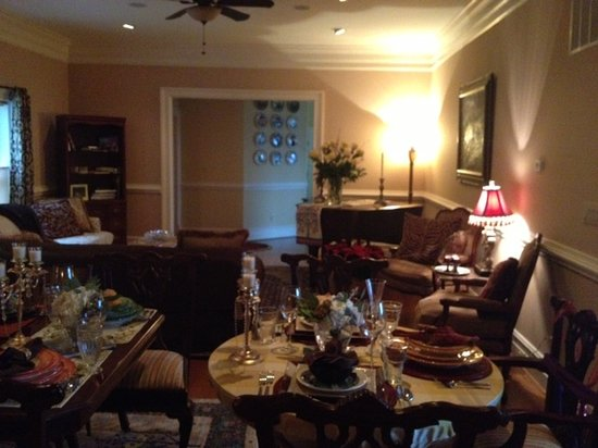 Harmony Manor Bed & Breakfast: Living/social room