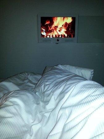 "Motel One Hamburg - Altona : Schlafen im Bett am ""Kamin""......"