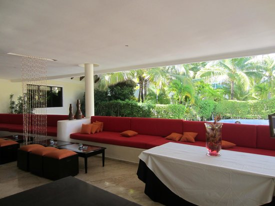 The Reserve at Paradisus Punta Cana: Lounge area next to The Reserve lobby and Gabi Club