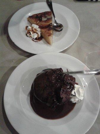 Taberna Restaurante Puerta de Terrer: Brownie y tarta de manzana
