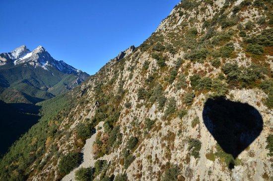 Ballooning : Ombre de la Montgolfière sur la chaine du Pedraforca