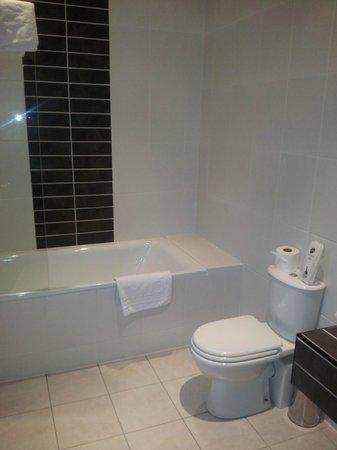 Best Western Plus Lake District, Keswick, Castle Inn Hotel: Bathroom
