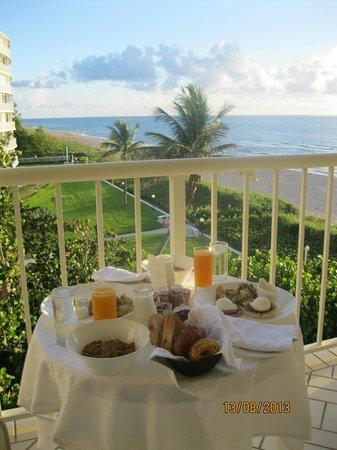 Four Seasons Resort, Palm Beach : Breakfast on the balcony