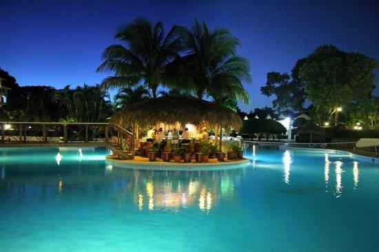 Las Canas: Ce bar au centre d`une piscine magnifique; quel décor!