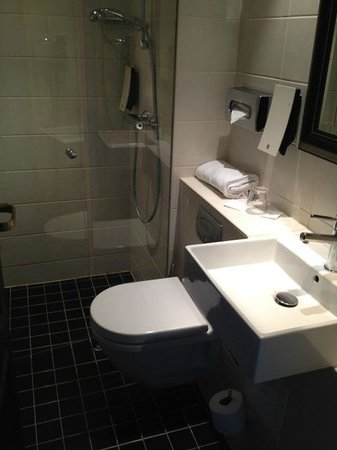 First Hotel Mayfair: Bathroom in single room