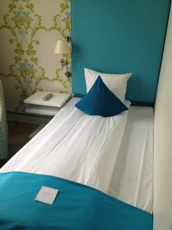 First Hotel Mayfair: Single bed in room