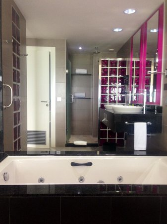 Hotel Riu Palace Jamaica: Tub and bathroom opens into suite.