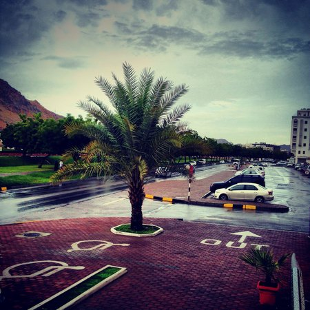Golden Oasis Hotel : A beautiful rainy day; ample parking spaces available around the building