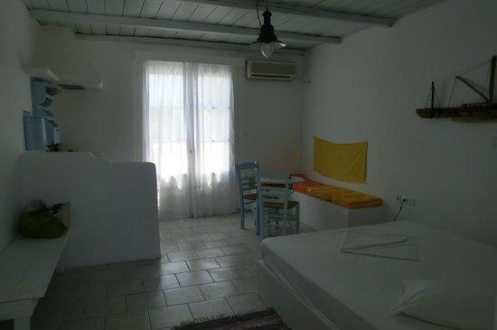 Thalassitra Village Hotel: camera con angolo cucina