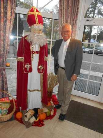 Hotel In den Bonten Os: I was charmed to be greeted by St Nick in the lobby of the hotel
