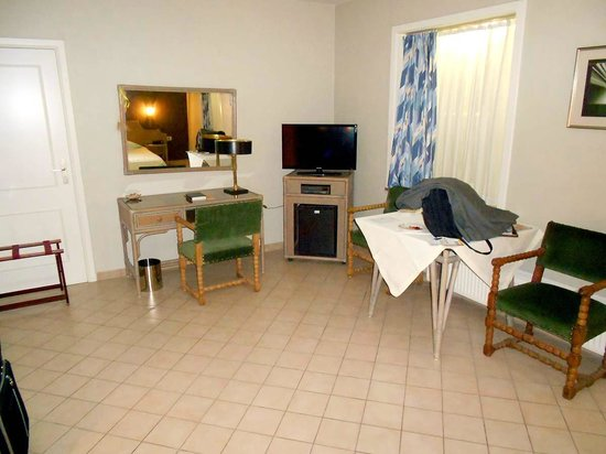 Hotel In den Bonten Os: The room is not carpeted and the furnishings are plain, but everything is clean and functional.