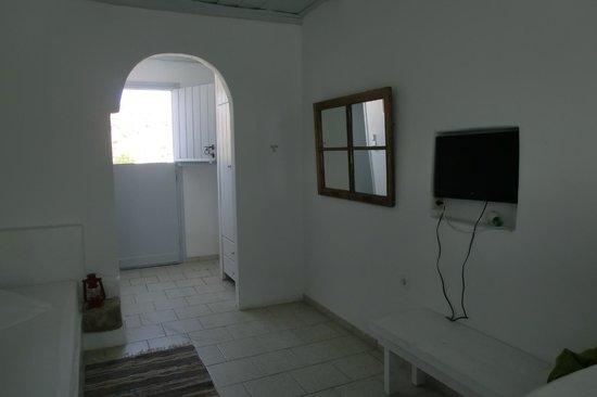 Thalassitra Village Hotel: camera con frigo, tv, aria condizionata
