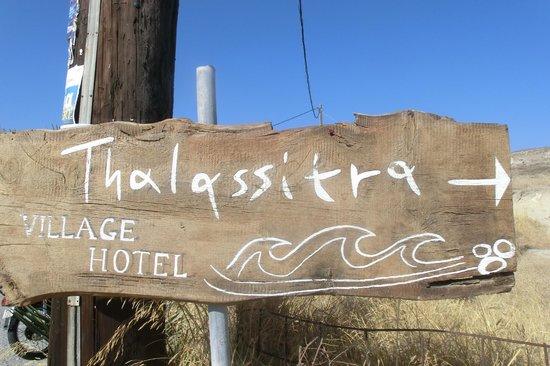 Thalassitra Village Hotel: insegna hotel sulla strada