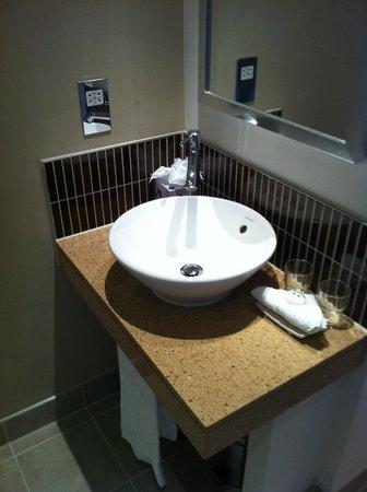 Staybridge Suites London-Stratford City: Bathroom was very clean