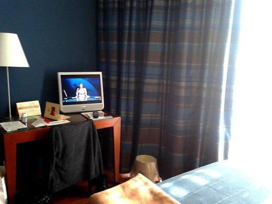 Rossini al Teatro: Zimmer 4.Etage, Schreibtisch und TV