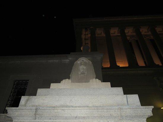 House of the Temple: Una de las esculturas que dan la bienvenida al templo.