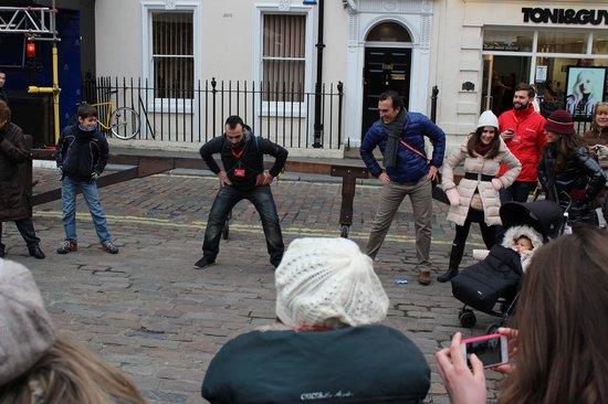 SANDEMANs NEW Europe - London: Unos estiramientos antes de empezar la caminata