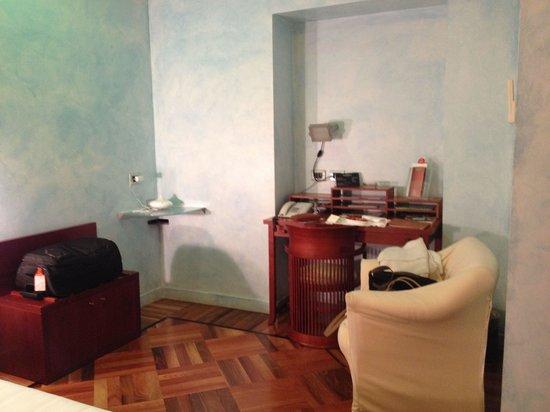 Hotel Sanpi Milano: Working desk in room