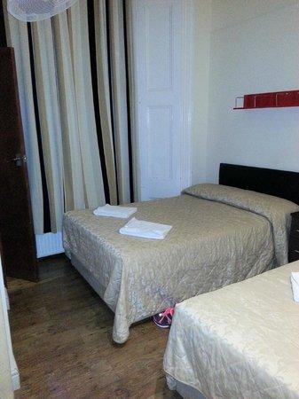 Notting Hill Gate Hotel: Cama de casal e piso de madeira