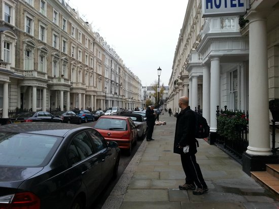 Notting Hill Gate Hotel: Frente do hotel e rua