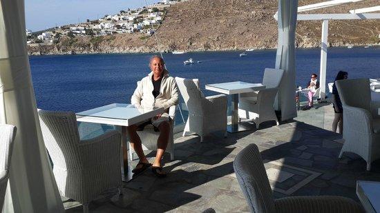Petasos Town Hotel: Foto de mi esposo en el lugar de desayuno!