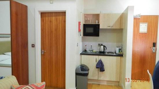 Prince's Square Apartments : kitchenette
