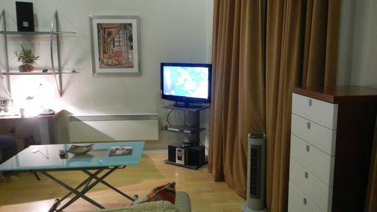Prince's Square Apartments: lcd tv, dvd & cd player