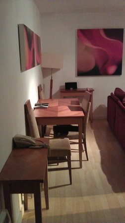 PREMIER SUITES Birmingham: Dining Area