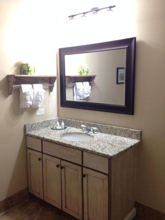 Brookstown Inn: Bathroom vanity