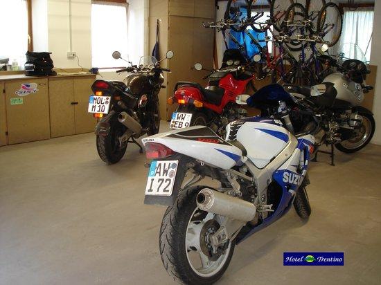 Hotel trentino folgaria garage moto foto di hotel for Location garage moto