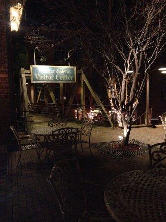 Brookstown Inn: Courtyard outside the main lobby