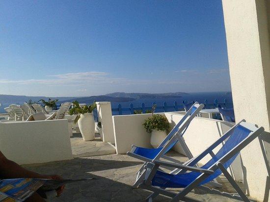 Hotel Atlantida Villas: Vista desde la entrada de la habitación hacia el área pileta