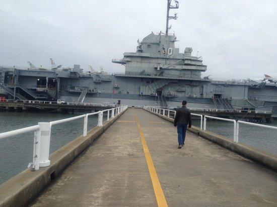 Patriots Point Naval & Maritime Museum: Walkway to USS Yorktown