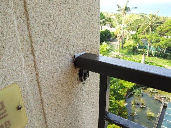Howard Beach Resort Kenting : Balcony rail bar loose