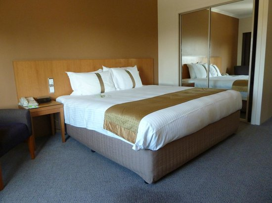 Holiday Inn Potts Point - Sydney: King room.
