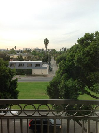 Viceroy L'Ermitage Beverly Hills: Burton Way view from room 420