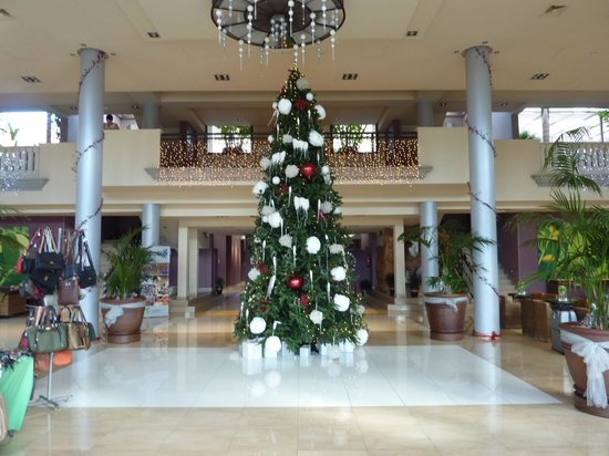 Marylanza Suites & Spa: View from the main entrance, all decorated for Christmas