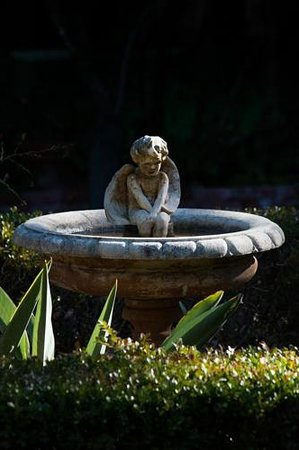 Old Monterey Inn: Bird bath in garden.