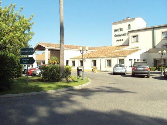 Hotel Guadacorte Park: Fachada principal y zona de parking.