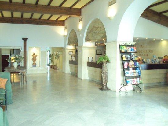 Hotel Guadacorte Park: Vista de la zona de recepción.