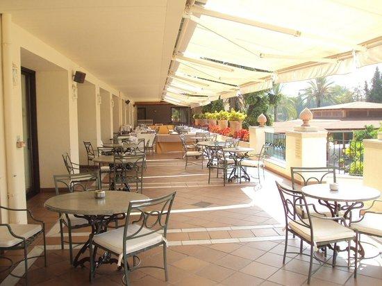 Hotel Guadacorte Park: Vista de la terraza de la cafetería-restaurante.