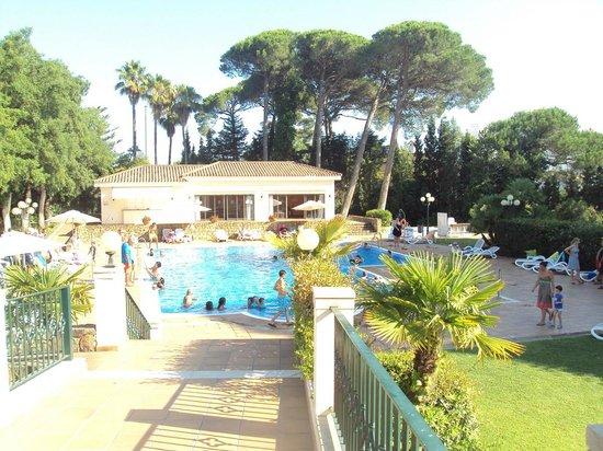 Hotel Guadacorte Park: Vista de la piscina desde la terraza de la cafetería.