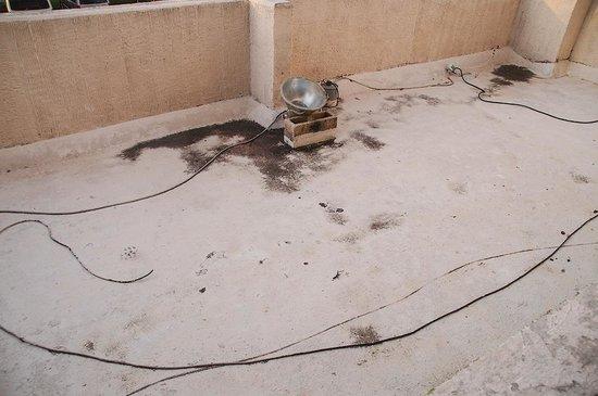 Casa Maya Cancun: Ausblick vom Schlafzimmer-Balkon: zusammengeflickte Elektrik, teils unisoliert