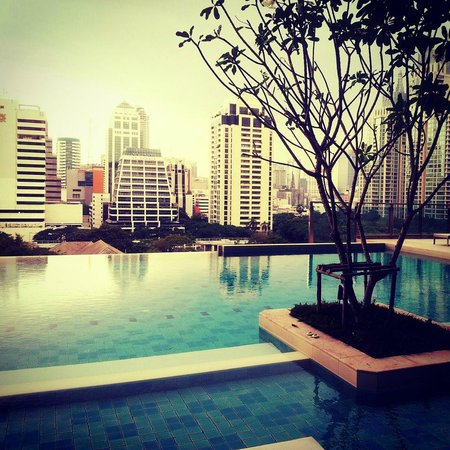 Sivatel Bangkok: Relaxing at the Infinity pool in the evening. Cloudy day!
