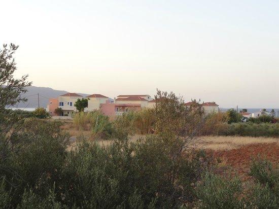 Hotel Adelais: Widok na Hotel od strony centrum miejscowości.