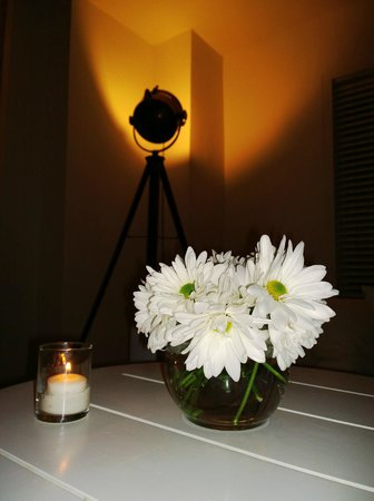 Townhouse Hotel: Lobby - white flowers, white candles, artistic lighting, beautiful!