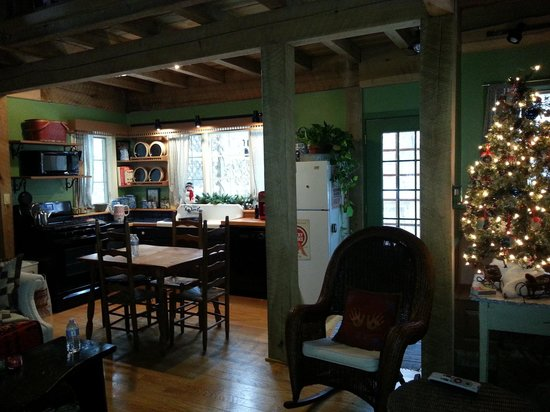 Robinwood Inn: Homey and gorgeous interior with everything provided by the owners Tyra and Lance