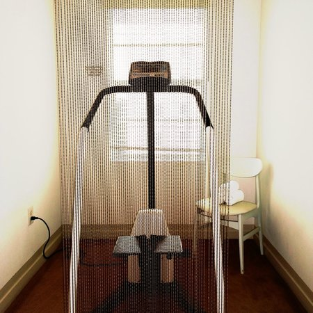 Townhouse Hotel: Oh so MIA, cardio equipment on every hallway